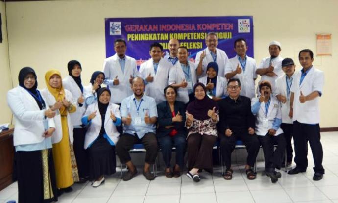 """Foto bersama semua peserta Upgrade """"Peningkatan Kompetensi Penguji Pijat Refleksi Level 3-4"""""""